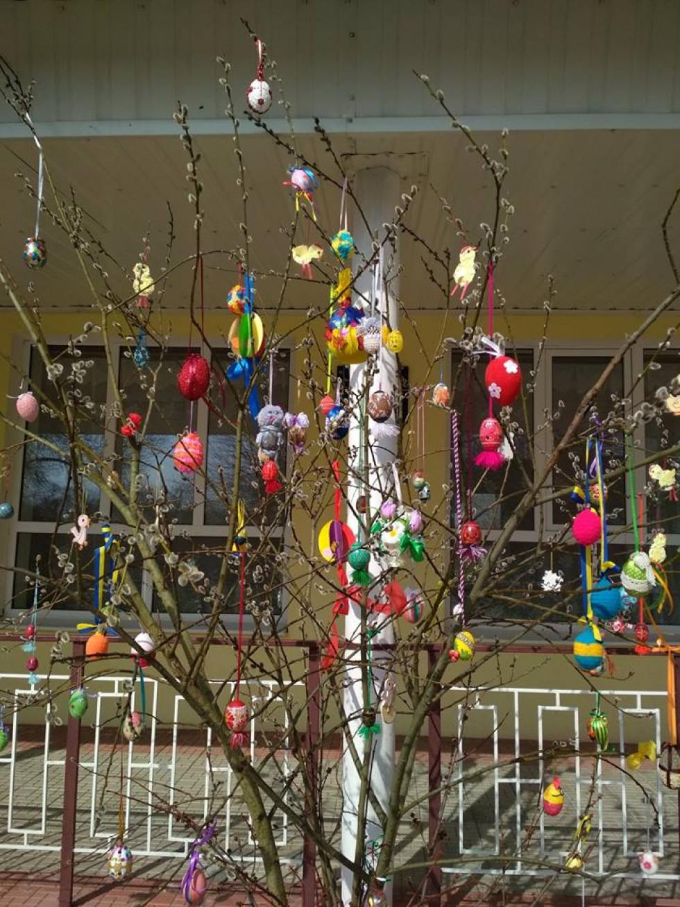 Вихованці Луківського ДНЗ прикрасили великоднє дерево
