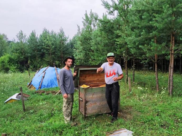 На пасіці у Вовчаку зібрали перший мед
