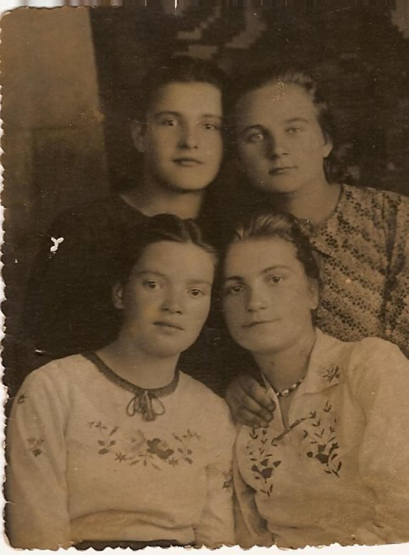 На фото - Галина Січкарук стоїть зліва