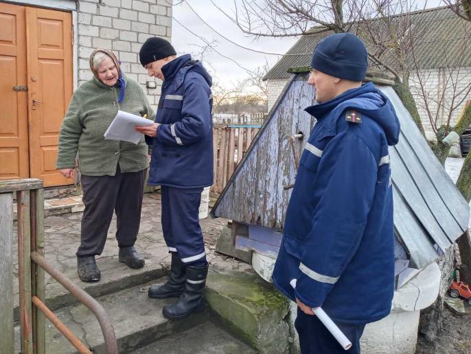 Рятувальники продовжують нагадувати мешканцям сільської місцевості правила пожежної безпеки у побуті