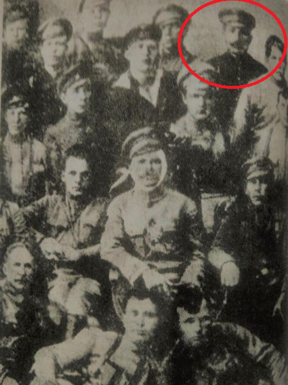 Василь Чапаєв у центрі, Сергій Потапчук - другий справа у верхньому ряду. 1919 рік