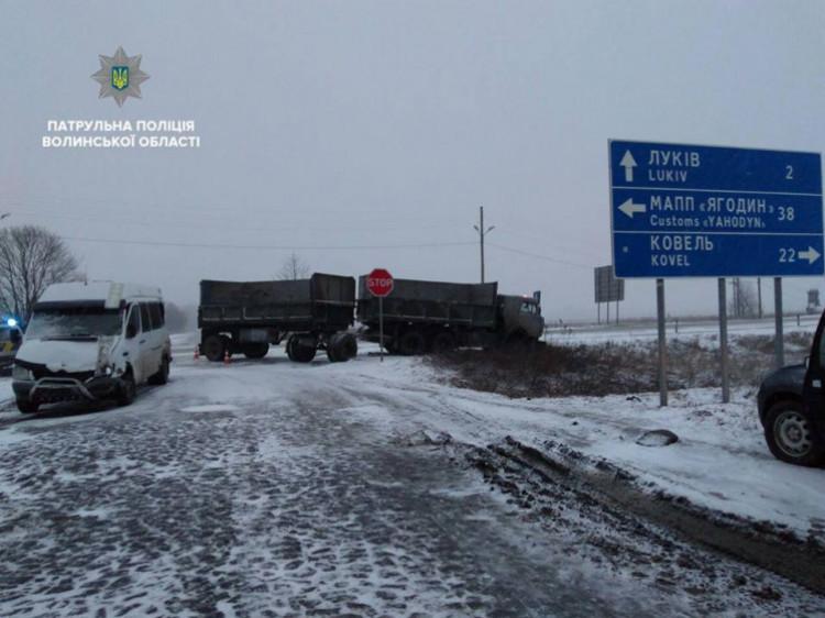Ускладнення погодних умов призвело до ДТП на перехресті