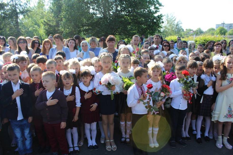Учні школи-гімназії святковою лінійкою відзначили Свято останнього дзвоника