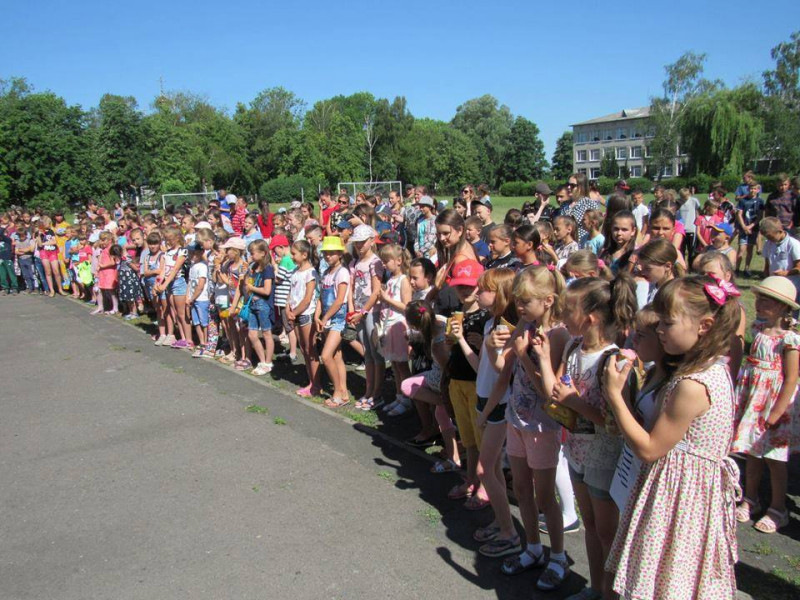 Біля приміщення дитячої юнацької спортивної школи  відбулося дитяче свято