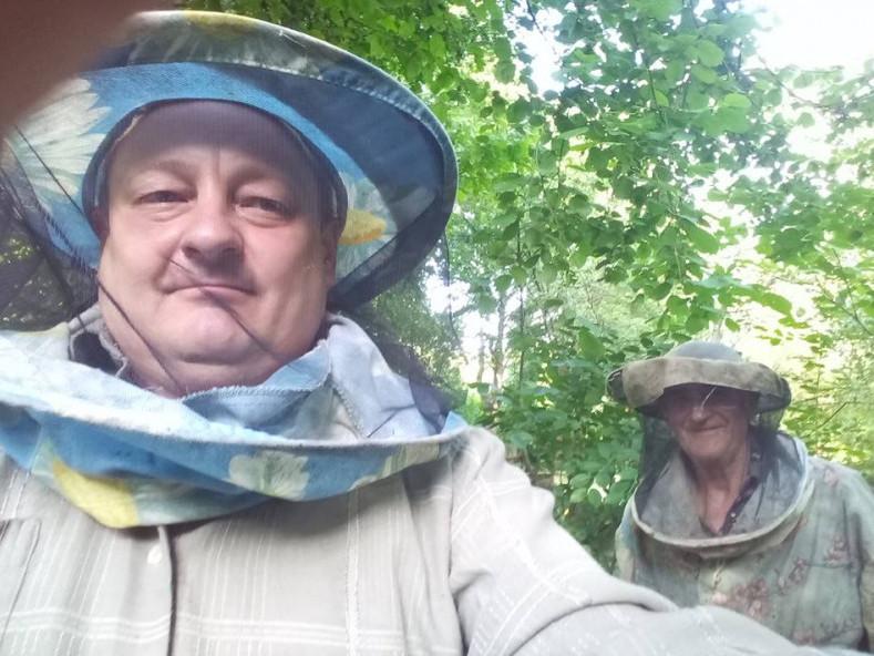 Олександр Пирожик з батьком на пасіці