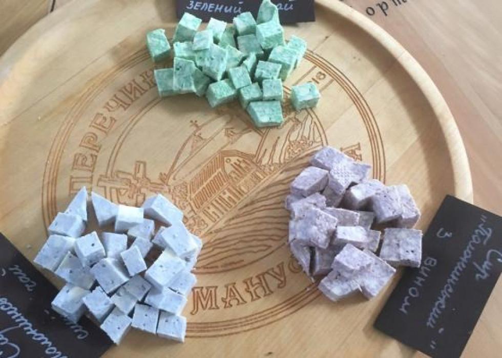 Учасники делегації навчилися виготовляти різні види сиру