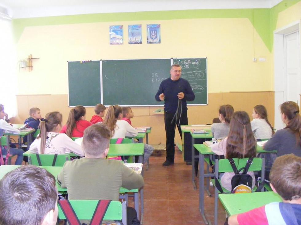 Вчителі медицини та основ здоров'я підготували школярам відповідні уроки, бесіди та практичні заняття