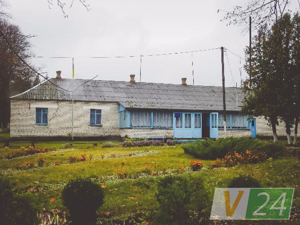Тримається за життя у селі й невелика школа