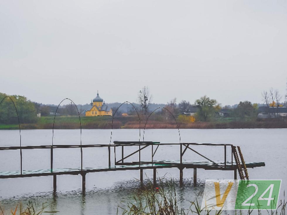 Палац стояв на березі озера. А навпроти набагато раніше була у Дольську святиня - монастирська обитель з дохристиянських (!) часів