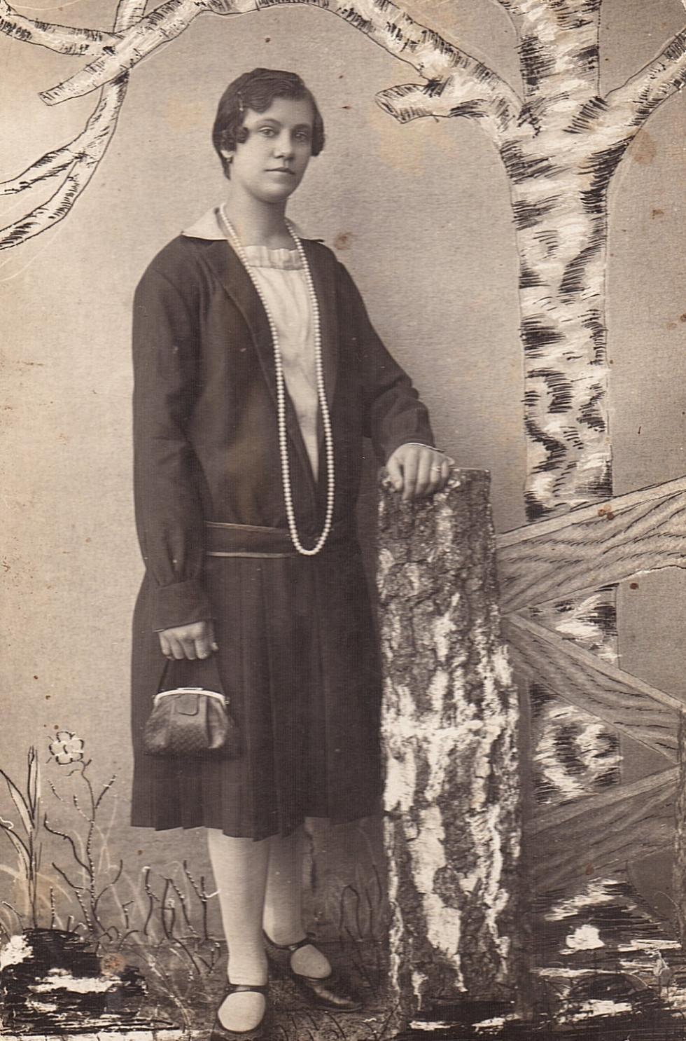 На фото зображена Надія Вітебська, 1906 року народження