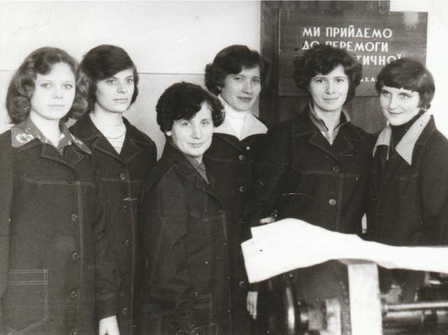 Володимира Муравська з колегами по друкарні (третя ліворуч)