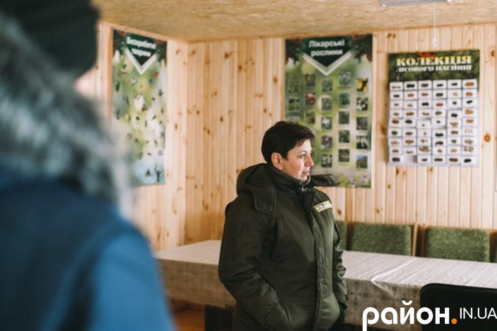 Наталія Козій показує шкільне лісництво