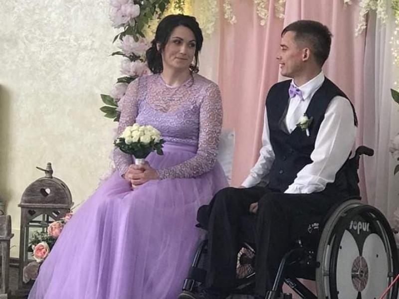 Василь Патращук і його обраниця Оксана святкують весілля