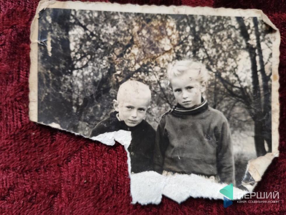 Євка у дитинстві (справа)