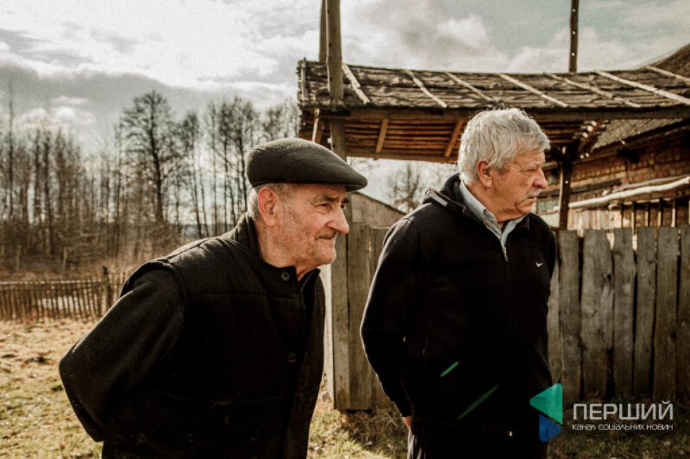 Веніамін Пирожик і нинішній господар на обійсті Леонід Ященко