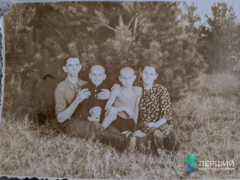 Чоботар Олексій, його дружина Надія та їхні діти. Початок 50-х років