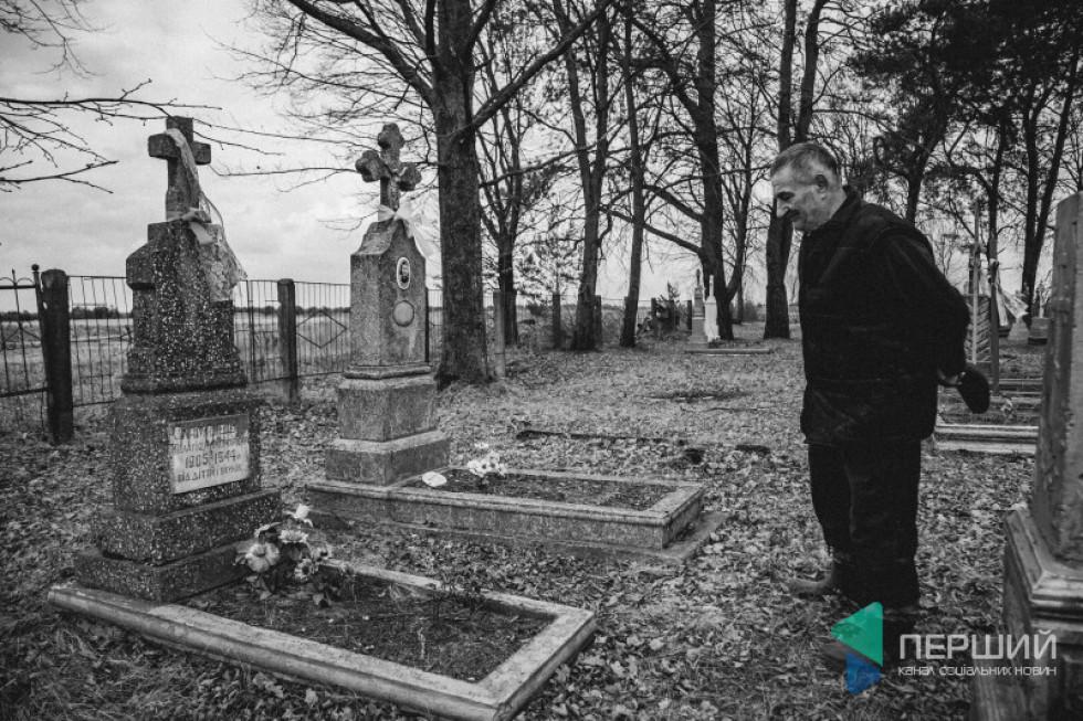 Племінник Йосипа Веніамін Пирожик показує, де похована Пелагія Зламанець. На цвинтарі у Ягідному