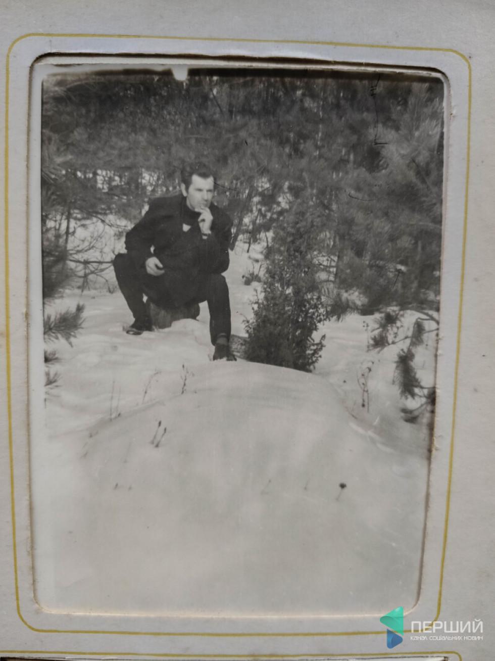Йосип Зламанець на могилі матері Пелагії у лісі, де її нашвидкуруч поховали у 44-му